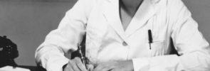 sygeplejerske-ved-bord